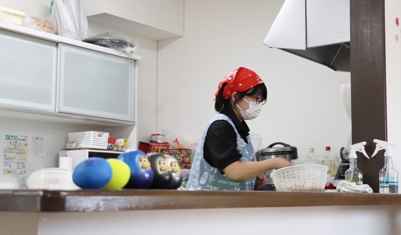地元の食材を使用し、家庭的な食事を提供