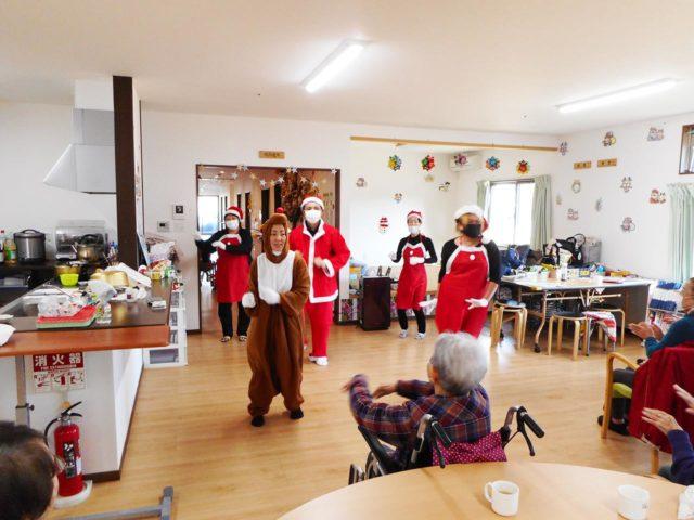 介護事業所各施設でこども達とは少し違った雰囲気で大人のクリスマス会