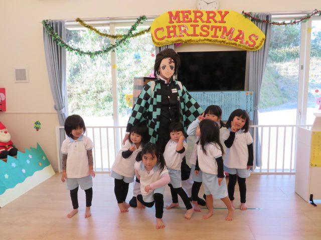 こども園でクリスマスが開催されました。まさかの「炭治郎」登場!